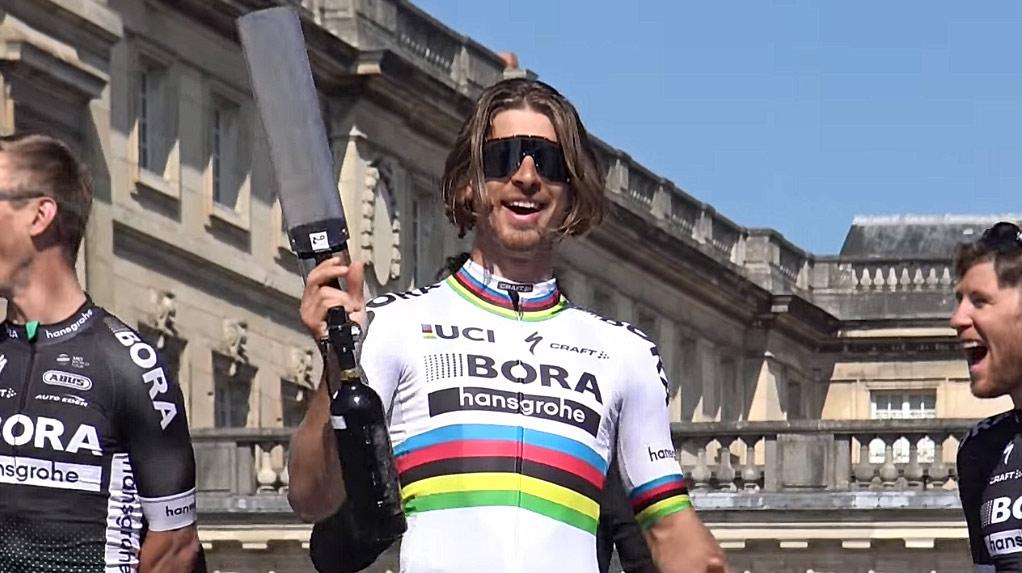 5615a6d1a9641 Peter Sagan zabával fanúšikov pri predstavovaní na Paríž - Roubaix.  Spievalo sa a hádzali tričká! (VIDEO)